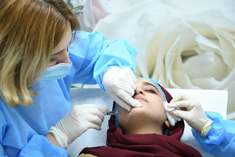 ¿Cómo eliminar las arrugas del surco nasogeniano con cirugía?