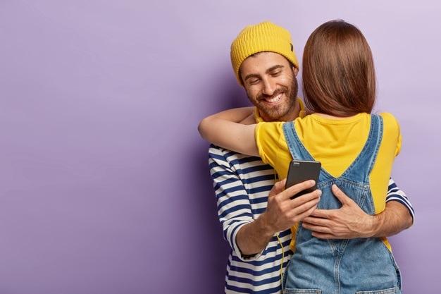 ¿Mi novio puede ocultar conversaciones en WhatsApp?