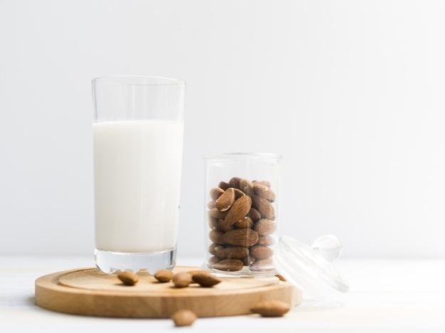 ¿Quién no debe tomar leche de almendras?