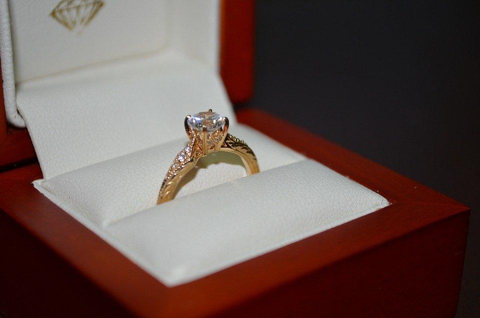¿Cómo pedir matrimonio cuando se entrega el anillo de compromiso?