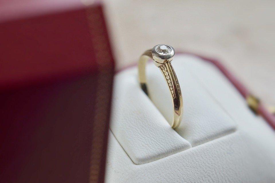 ¿Qué simboliza el anillo de compromiso?